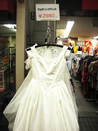 店頭にズラリと並ぶ着物やドレス! ここは何でも揃う\u201c中古衣料の百貨店\u201dです! 【予算】 200円~